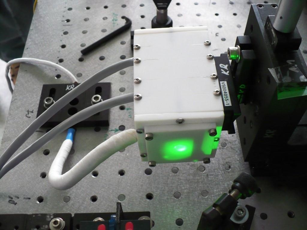 Antros harmonikos generatorius su išilginiu temperatūros gradientu.